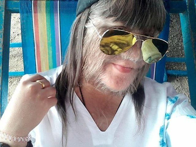Самая волосатая в мире девушка сбрила волосы и вышла замуж (4 фото)