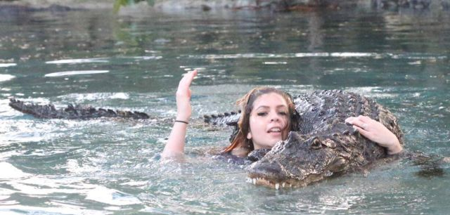 Бесстрашная девушка и крокодил (3 фото)