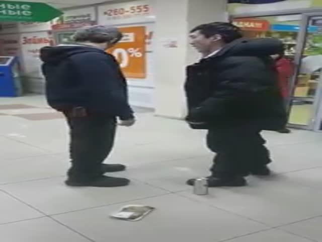 Посетитель торгового центра избил контролера