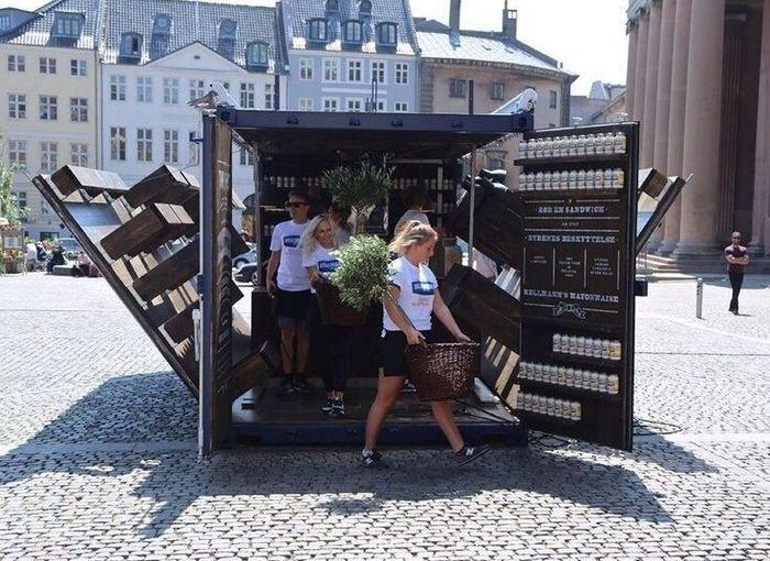 Загадочный контейнер посреди людного места (4 фото)
