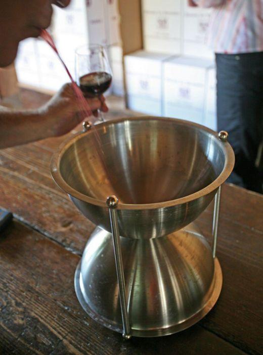 Австралиец использовал выплюнутое при дегустации вино для производства нового напитка (3 фото)