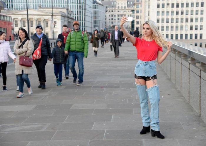 Модель прогулялась по Лондону в откровенных джинсах (8 фото)