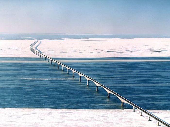 Разрезающий лед мост Конфедерации в Канаде (2 фото)