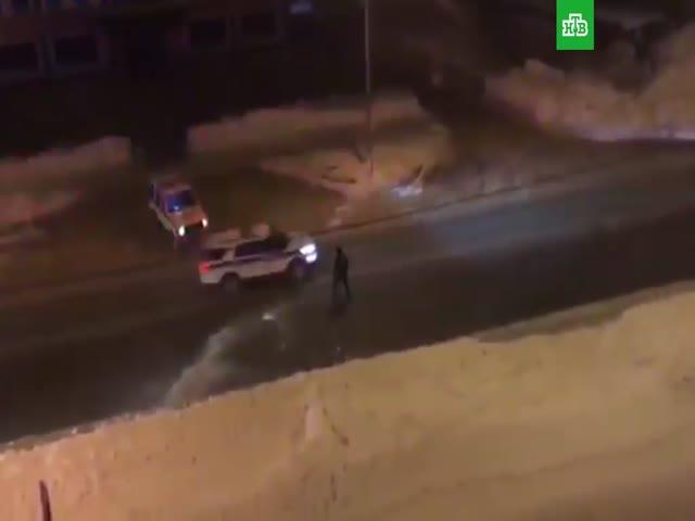 Полицейский попытался остановить угонщика снежным комом
