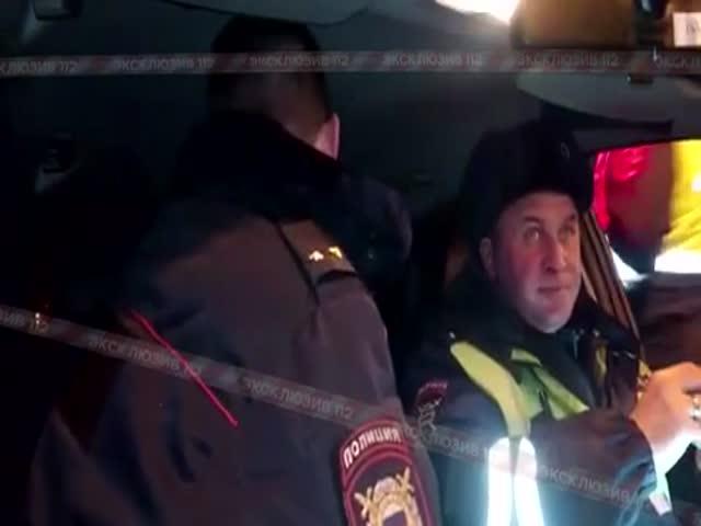 Инспекторы ДПС и пьяный полицейский