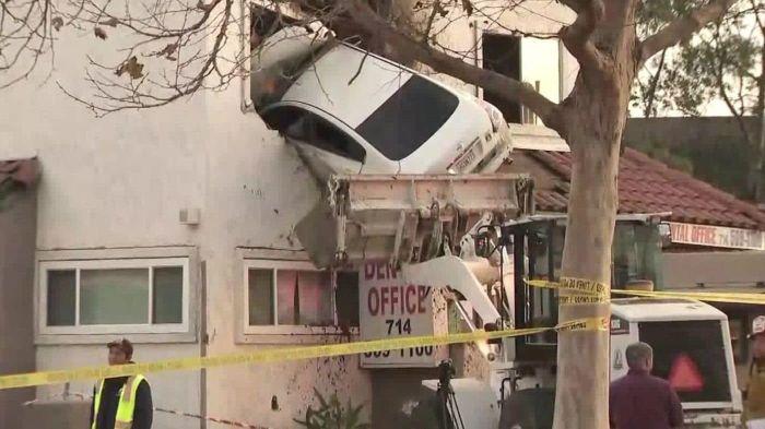 В Калифорнии автомобиль влетел во второй этаж здания (3 фото)