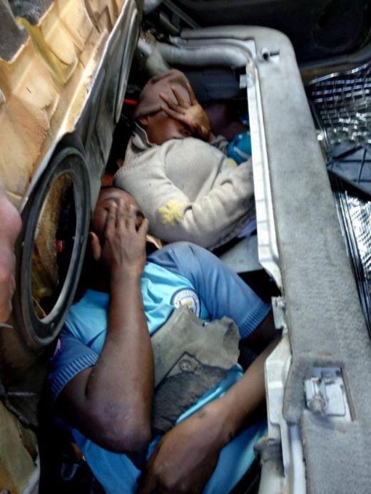 Четверо нелегальных мигрантов, спрятались в автомобиле, чтобы попасть в Испанию (2 фото)