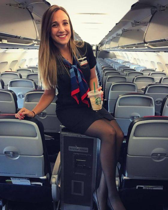 Симпатичные стюардессы (25 фото)