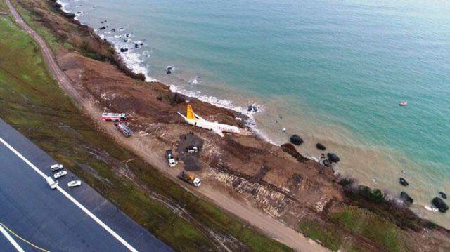 В Турции пассажирский самолет едва не съехал в Черное море со склона (3 фото + видео)