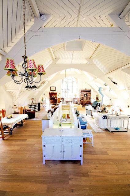 В Великобритании старинную церковь превратили в роскошный особняк (17 фото)