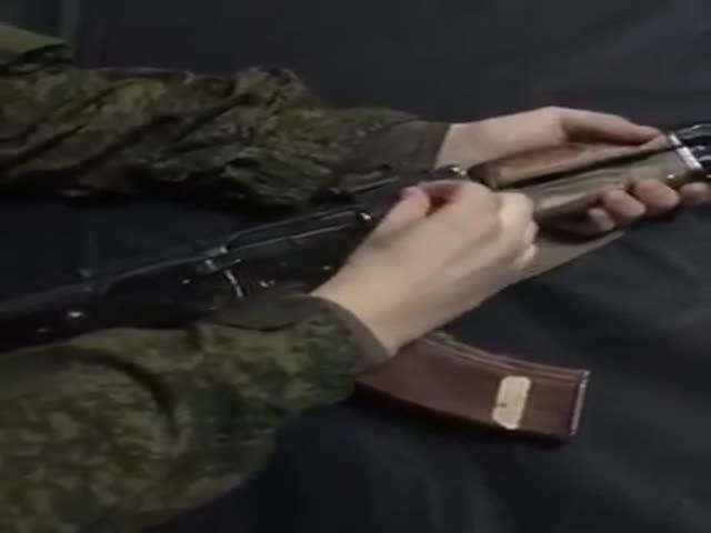 Солдат не может разобраться с автоматом