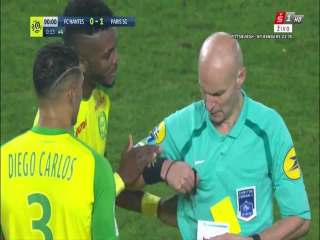 Судья Тони Шапрон попытался ударить футболиста Диего Карлоса, после чего удалил его с поля