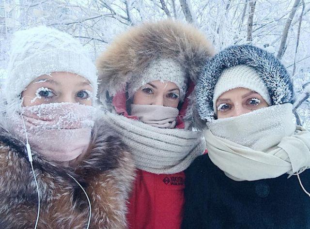 Жительница Якутска показала всем свои заледеневшие ресницы (4 фото)
