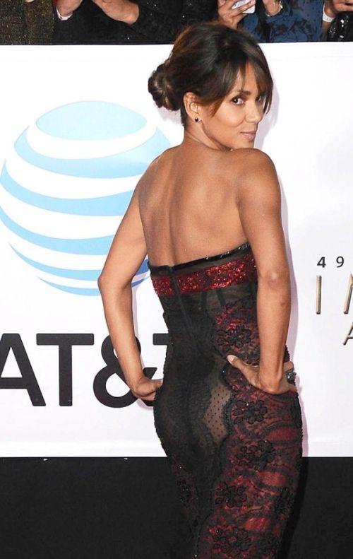 Хэлли Берри поразила всех своим откровенным платьем (3 фото)