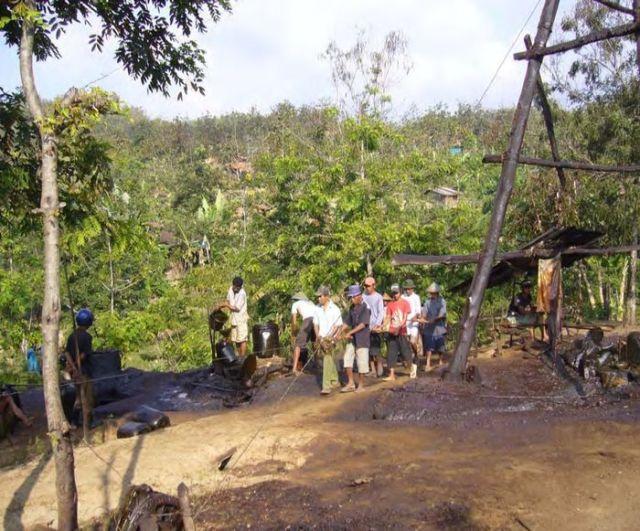 Кустарный способ добычи нефти на острове Суматра (12 фото)