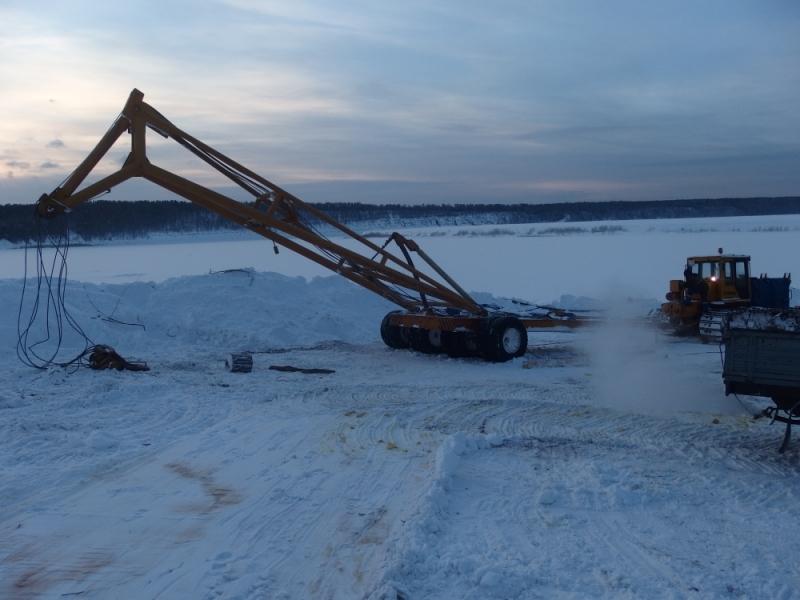 В Иркутской области при попытке достать бензовоз утопили автокран и трактор (4 фото + видео)
