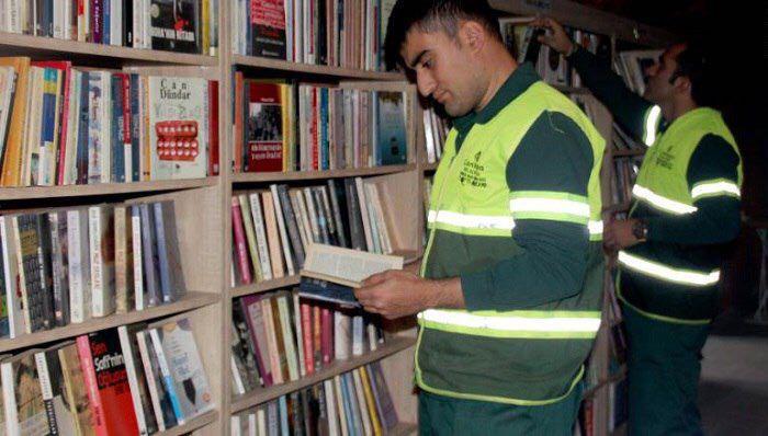 Мусорщики открыли библиотеку из выброшенных книг (3 фото)