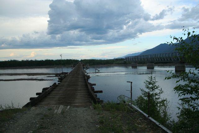 Мост через реку Витим - самый опасный мост Сибири (2 фото + 2 видео)