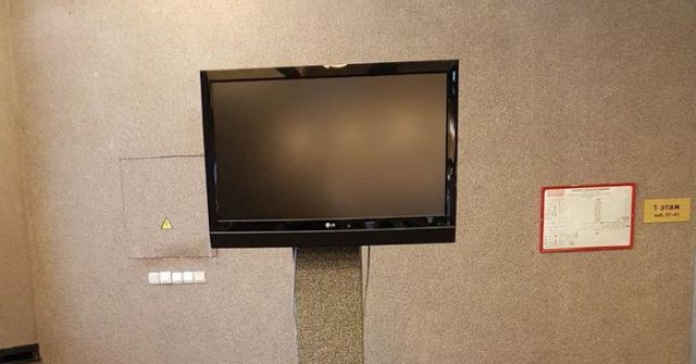 «Могила» телевизора в здании администрации Санкт-Петербурга (фото)