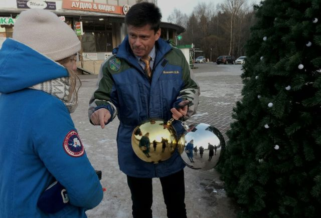В Сосновом Бору начали возвращать украденные с новогодней елки игрушки (2 фото)