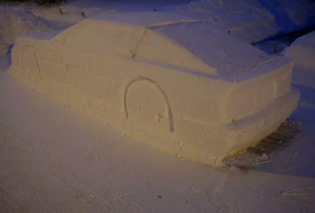 Канадец разыграл полицию с помощью снежной скульптуры (5 фото)