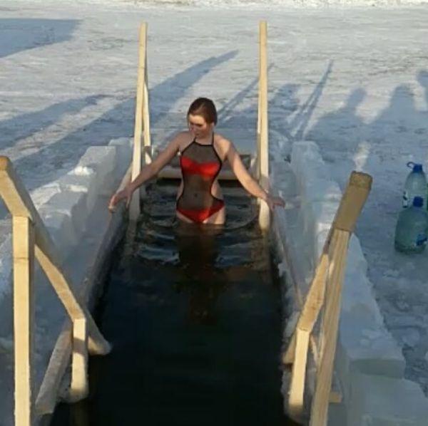 Девушки на крещенских купаниях (33 фото)