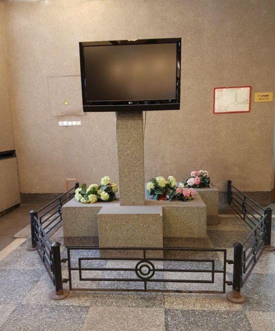 С «могилы телевизора» в питерской администрации убрали цветы (2 фото)
