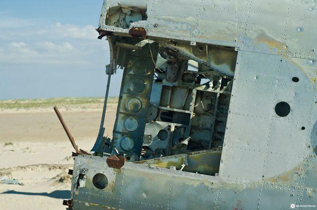 Рухнувший 40 лет назад вертолет Ми-4 на побережье Баренцева моря (16 фото)
