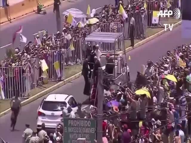 Папа Римский Франциск остановил кортеж, чтобы помочь женщине-полицейскому