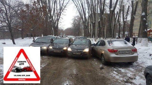 В Самаре участники курьезного ДТП вылезали из машин через багажник (3 фото)