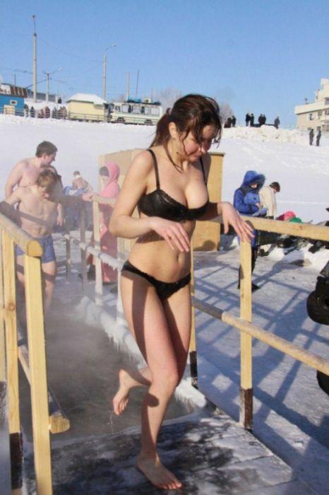 Очаровательные девушки на крещенских купаниях (30 фото)