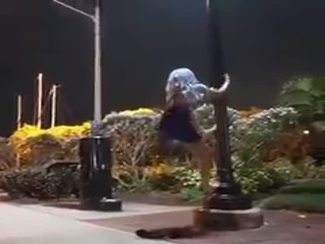 Девушка демонстрирует свои способности