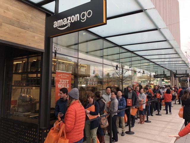 Автоматический магазин Amazon Go, в котором не должно быть очередей, столкнулся с ними в день открытия (6 фото)
