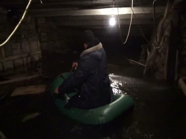 Жители Санкт-Петербурга прокатались на надувной лодке по затопленному подвалу своего дома