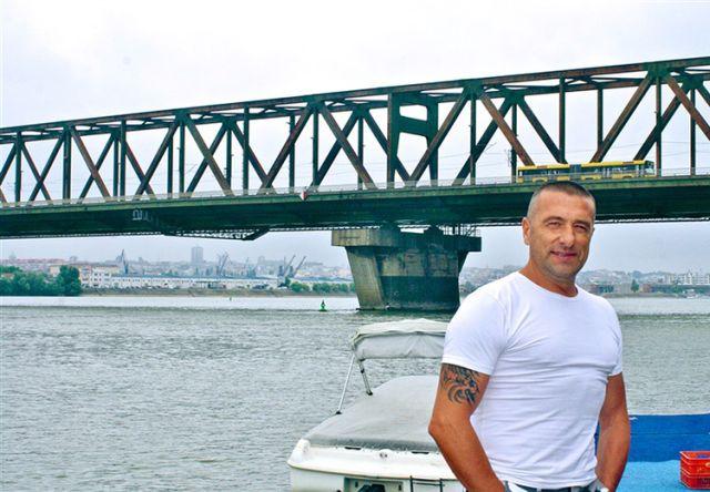 Белградский ресторатор спасет жизни самоубийц (2 фото)