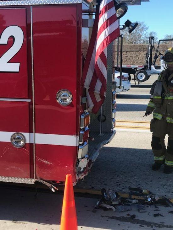 Двигавшийся на автопилоте электромобиль Tesla врезался в пожарную машину (2 фото)