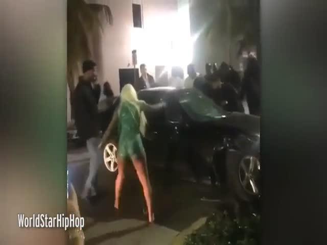 Блондинка разбила ногой стекло автомобиля
