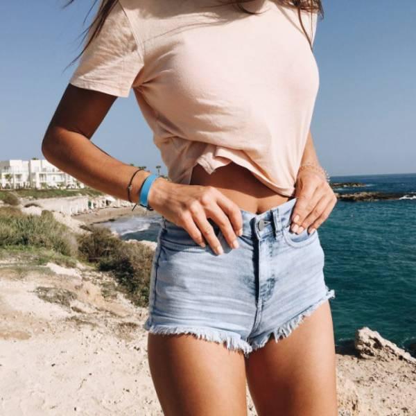 Девушки в коротких шортах (31 фото)