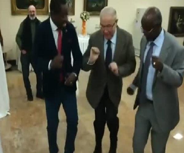 Петросян танцует с темнокожими мужчинами