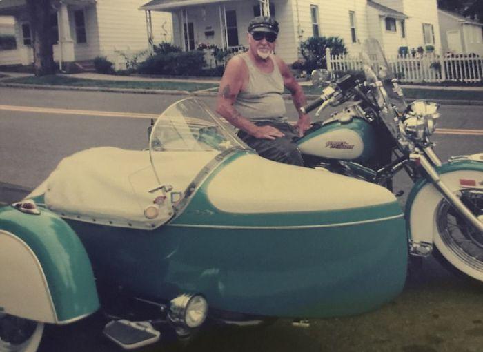 Байкер решил остаться со своим любимым мотоциклом даже после смерти (4 фото)