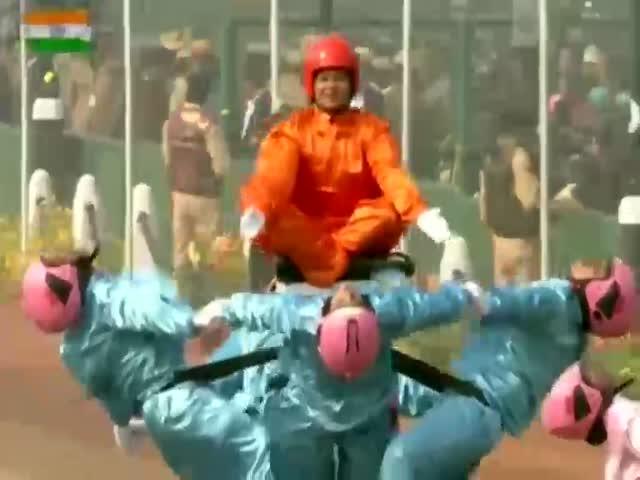 Чудеса акробатики на индийском параде в честь Дня Республики