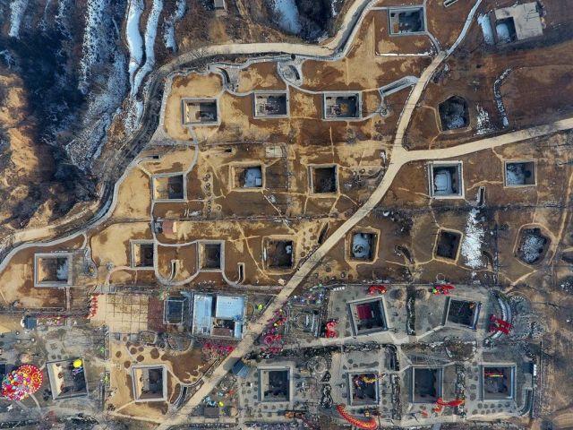 Подземные жилища китайцев (24 фото)