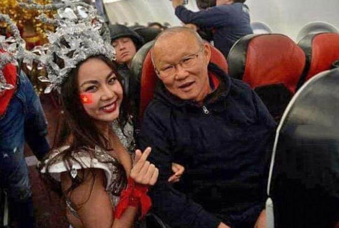 """Вьетнамского авиаперевозчика раскритиковали за """"развратное"""" поздравление футболистов (4 фото)"""