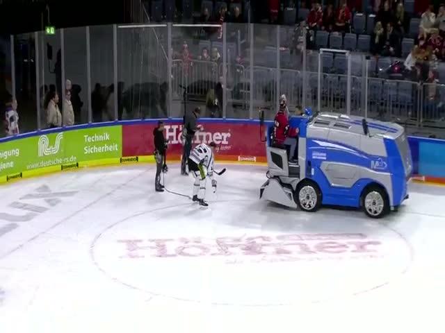 Хоккеист Штефан Лойбл оказался более ловким, чем телевизионщики