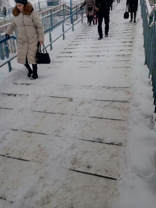 Нечищеные пешеходные мосты на железнодорожной станции Монино (3 фото)
