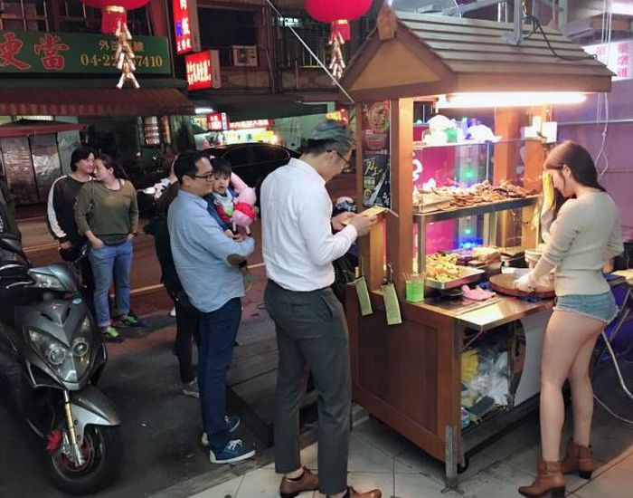 Находчивый бизнесмен нашел способ, как привлечь клиентов (9 фото)