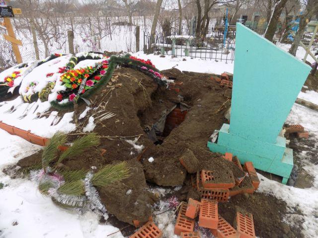 В Одесской области вандалы разрыли склеп, чтобы отдохнуть в нем (2 фото)
