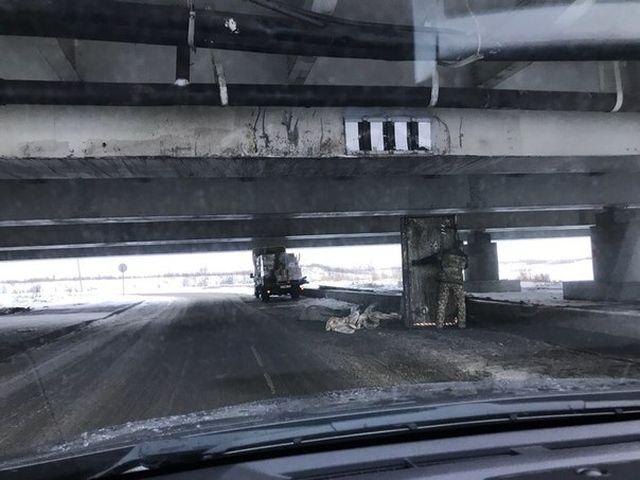 Еще одна авария под питерским мостом с надписью «Газель» не проедет» (4 фото)