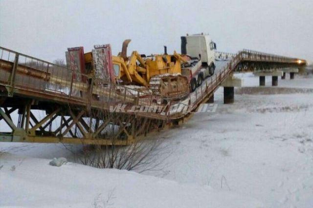 Мост не выдержал вес большегруза (3 фото)