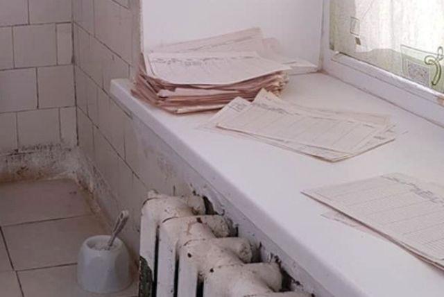 В больнице Пермского края стали использовать документы вместо туалетной бумаги (3 фото)